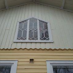 Kun kerran bongaillaan ikkunoita niin tästä risaliitin 1800-luvun ikkunasta on vaikea pistää sievemmäksi: pieniruutuinen puitejako ja puhalletut lasiruudut tekevät siitä kuin korun julkisivulle. Kyseessä on myös pahemmanlaatuinen kunnostajan painajainen kolmessa pokassa on erillisiä lasiruutuja yhteensä yli 50 (!!) kappaletta. Siinä vierähtää tovi jos toinenkin kittausten uusimisessa ja samalla pitää varoa kieli keskellä suuta rikkomasta hauraita ja kalliita puhallettuja ruutuja…