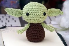 PATRÓN EN ESPAÑOL SCHEMA IN ITALIANO Hello there! Today I want to share with you a free amigurumi pattern of Yoda! I created this crochet chibi version a few years ago, as a commission from a hard-… Crochet Patterns Amigurumi, Amigurumi Doll, Crochet Dolls, Star Wars Crochet, Crochet Stars, Crochet Crafts, Crochet Projects, Amigurumi For Beginners, Quick Crochet