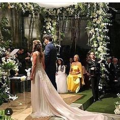 """Logo na entrada uma placa em preto e branco, cores que prevaleceram durante todo o desenrolar do casamento, alertava """"Convidados são muito b..."""