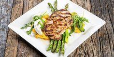 Grillaus on helppoa Atrian resepteillä! Tällä grillireseptillä valmistuvat Viljaporsaan ulkofileeleikkeet, voilla ja tillillä maustettua grilliperunaa sekä grillattua parsaa. Grill Pan, Asparagus, Meat, Chicken, Vegetables, Kitchen, Food, Griddle Pan, Studs