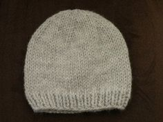 Bonnet bébé gris Knitting For Kids, Knitting For Beginners, Loom Patterns, Baby Knitting Patterns, Couture Sewing, Kids Hats, Knit Beanie, Baby Hats, Knitted Hats
