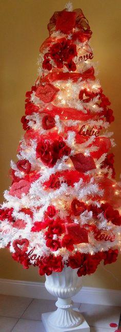 Valentine's Day tree! Valentine Tree, Saint Valentine, Valentine Day Love, Valentine Day Crafts, Holiday Crafts, Valentine Ideas, Valentine Stuff, Valentine Special, Funny Valentine