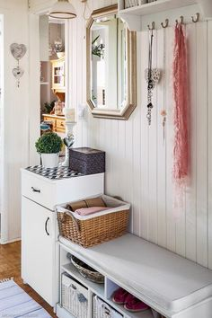Przedpokój w stylu prowansalskim Sweet Home, Entryway, Room, Furniture, Home Decor, Projects, Entrance, Bedroom, Decoration Home