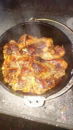 Hähnchenschenkel auf Rosmarinkartoffeln aus dem Dutch Oven