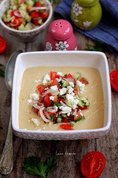 Crema de naut cu salata greceasca reteta. Reteta cu naut Sun Food. Salata de rosii, castraveti si ceapa rosie. Preparare crema cu naut si salata.