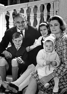 Счастливы вместе – Ренье, Альберт, Каролина, Грейс и Стефания. 1966