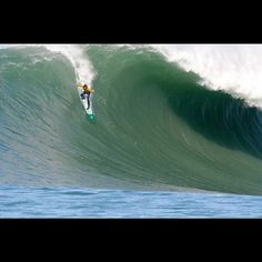 Last night I saw Chasing Mavericks. Chasing Mavericks is movie based on the life of surfer Jay Moriarity and Mavericks, a famous big wave . No Wave, Mavericks California, Chasing Mavericks, Surf Competition, Big Wave Surfing, Water Surfing, Huge Waves, Surfer Magazine, Surfing Pictures