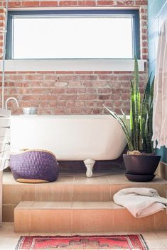 salle de bains boho rustique new-york carrelage orange un loft style indus à Brooklyn - blog déco clem around the corner Style Indus, Brooklyn, Style Loft, Clem, Deco Retro, Around The Corner, Clawfoot Bathtub, New York, Orange
