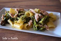 Mezze maniche con cime di rapa olive e tonno Olive, Ravioli, Potato Salad, Seafood, Potatoes, Ethnic Recipes, Italian Recipes, Steak Pasta, Diet