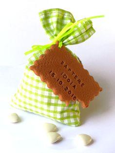 Sachet de dragées pour baptême, vichy vert. Biscuit personnalisé, thème gourmandise.