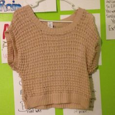 Knit short sleeved sweater Nude colored with beautiful knit pattern. Beautiful fit Mudd Sweaters