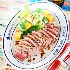 Leilas tonfisksashimi med avokadosallad.