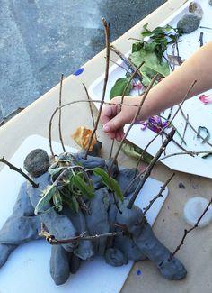 Escultura con arcilla y elementos naturales. Dejar volar la imaginacion, crear historias.