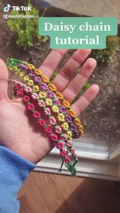 Bracelet Friendship, Diy Friendship Bracelets Tutorial, Daisy Bracelet, Diy Friendship Bracelets Patterns, Diy Bracelets Easy, Bracelet Crafts, Bracelet Tutorial, Jewelry Crafts, Handmade Bracelets
