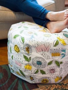 Create your own fabric pouf ottoman with this sewing DIY project. Sewing Hacks, Sewing Tutorials, Sewing Crafts, Sewing Tips, Sewing Basics, Sewing Ideas, Learn Sewing, Hair Tutorials, Sewing Patterns Free