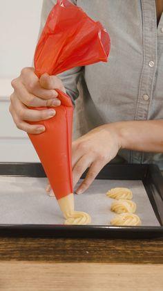 Ob süss oder salzig, die Ofenküchlein erfreuen einfach alle! Hier zeigen wir dir Schritt für Schritt, wie du diese luftigen Ofenküchlein selbst backen kannst. Life Hacks, Baking, Videos, Diy, Chocolate, Kuchen, Strawberries, Simple, Bricolage