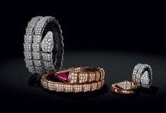 Você já deve ter ouvido falar dessa coleção da Bulgari, porque não se fala em outra coisa! O tema é serpente (daí o nome, claro), e tem de tudo. Tudo lindo, tudo caro, tudo cobiçado… Tem as bolsas… …Tem os relógios… …Tem os braceletes… …Tem os anéis… …Tem os colares (eu piro nos colaaares)… …Tem …