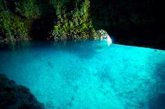 幻想的な風景が広がる青の洞窟(恩納村)