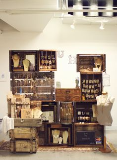 Jewelry booth display using old wooden crates - knobs on aged boards to hang jewelry pieces ♥ by proteamundi Craft Fair Displays, Craft Booths, Jewelry Booth, Hang Jewelry, Jewelry Storage, Jewelry Holder, Jewelry Drawer, Jewelry Armoire, Body Jewelry