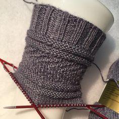 deutsche Übersetzung von Gansey Socks – Knitting For Beginners 2020 Debbie Macomber, Knitting Socks, Hand Knitting, Knitting Patterns, Crochet Patterns For Beginners, Knitting For Beginners, Crochet Headband Pattern, Patterned Socks, Mittens