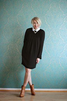 Outfit mit schwarzem Kleid und Bubikragen