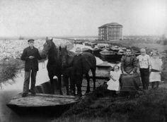 Loonwerkersfamilie uit Sint Pancras met hun paarden in de schuit