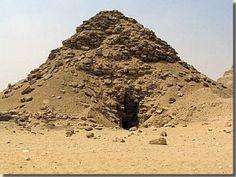 De noordzijde van de piramide van Oeserkaf. Oeserkaf, de eerste farao van de 5de dynastie, liet zijn piramide in het hart van de necropool van Sakkara aanleggen, pal naast de oostmuur van het piramidecomplex van farao Djoser (de tweede farao van de 3de dynastie). De piramide van Oeserkaf werd in 1928 ontdekt door de Britse archeoloog Cecil M. Firth. Lees het volledige artikel op Kemet.nl