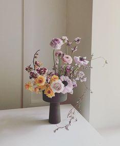 Floral arrangement with unique vase. Flower Centerpieces, Flower Vases, Flower Art, Ikebana, Spring Decoration, Flower Installation, Vase Arrangements, Arte Floral, Floral Bouquets