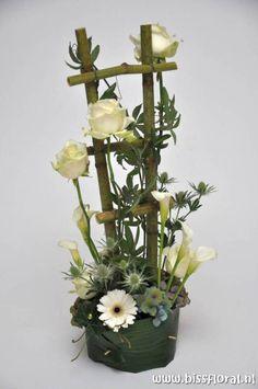 Valentine Flower Arrangements, Basket Flower Arrangements, Modern Flower Arrangements, Flower Centerpieces, Flower Decorations, Art Floral, Deco Floral, Floral Foam, Floral Design