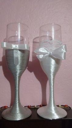 Par de taças decoradas para os noivos