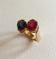 Rubis et saphir montés or jaune Or, Gemstone Rings, Passion, Gemstones, Jewelry, Sapphire, Jewelry Designer, Yellow, Jewlery