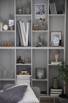 Diy Home : IKEA-hack: Förvandla bokhyllan Valje till en stillebenhylla. Living Room Interior, Home Interior, Interior Decorating, Interior Design Ikea, Ikea Eket, Billy Ikea, Ikea Bookcase, Diy Home Decor, Room Decor