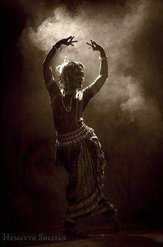 natya: OdissiDancer: Sarita Mishra, a dancer with RudrakshyaPhotographer: Hemanth Shriyan Dance Photography Poses, Levitation Photography, Ballet Poses, Dance Poses, Indian Women Painting, Stylish Photo Pose, Indian Aesthetic, Dancing Drawings, Les Artisans