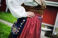 Tunadräkten är en klassisk folkdräkt Folk Costume, Costumes, Retro Crafts, Scandinavian, Arts And Crafts, Sweden, Rural Area, People, Dream Garden