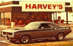 Plymouth Hemi cuda devant un restaurant Harvey's Dodge Muscle Cars, Cool Old Cars, 70s Cars, Pony Car, Drag Cars, American Muscle Cars, Cars And Motorcycles, Vintage Cars, Vintage Stuff