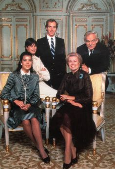 monakijska rodzina książęca w roku 1980: księżniczka Stephanie [siedzi na oparciu fotela], książę Albert [stoi w środku], książę Rainier III [stoi po prawej], księżniczka Caroline [siedzi po lewej] i księżna Grace [siedzi po prawej]