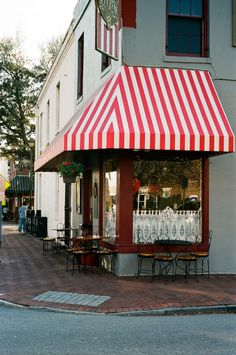 ice cream shop exterior in the city market section of savannah, georgia | foodie travel #storefronts