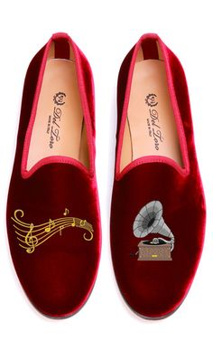 This pair of Del Toro's which is Exclusive to Moda Operandi features and old-fashioned Gramophone with musical notes on Burgundy Velvet. Velvet UpperLeather SoleStacked Wooden HeelMade in Italy Please note: This item is returnable for credit or full refund.