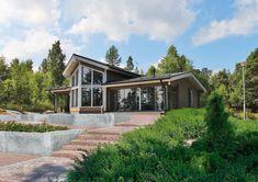 Uusia tuulia henkivän Kontio Lumon korkea olohuone suurine maisemaikkunoineen avaa näkymät laajalle ympäristöönsä. Construction, Home Technology, House In The Woods, Log Homes, My Dream Home, Living Area, House Plans, Sweet Home, Cottage