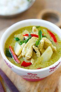 Thai Green Curry – delicious and easy green curry with chicken. Making green curry is so easy and takes only 20 min, & much cheaper than eating out Thai Green Curry Recipes, Thai Recipes, Indian Food Recipes, Asian Recipes, Soup Recipes, Chicken Recipes, Cooking Recipes, Mae Ploy Green Curry Recipe, Cooking Bacon