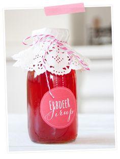Rezept für Erdbeersirup aus dem Schnellkochtopf      500 g Erdbeeren     250 ml Wasser     1/2 Zitrone     650 g Zucker  Zubereitung:      Erdbeeren waschen und putzen und in das Sieb vom Schnellkochtopf geben.     Ca. 250 ml Wasser dazugeben, den Deckel schließen und den Schnellkochtopf auf den Herd stellen.     Jetzt das Wasser im Schnellkochtopf zum Kochen bringen. Es dauert je nach Herd 5-10 Minuten, bis der rote Stopfen hochkommt. Dann weiter kochen lassen.Die Entsaftungszeit dauert 10