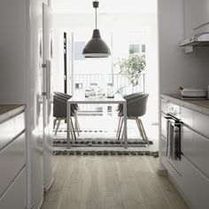 Blanco, gris y madera.