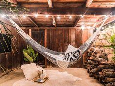 Heerlijk chillen in de Montauk Rope Hangmat van Yellow Leaf Rope Hammock, Indoor Hammock, Double Hammock, Hammock Bed, Hammock Stand, Outdoor Spaces, Outdoor Living, Outdoor Decor, Outdoor Retreat