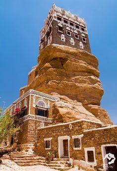 Dar al-Hajar, skalný palác Jemen Vernacular Architecture, Islamic Architecture, Amazing Architecture, The Beautiful Country, Beautiful World, Beautiful Places, Interesting Buildings, Amazing Buildings, Old Buildings