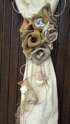 Jute-Blumen-Vorhang Tie zurück Sackleinen Rosen von MyBurlapStudio Burlap Wreath, Lego, Shabby Chic, Wreaths, Etsy, Vintage, Home Decor, Jute Flowers, Handcrafted Gifts