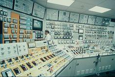 NAPS Control Room Man Vs Nature, Science Equipment, Command And Control, Retro Futuristic, Design Inspiration, Futurama, Bunker, Linux, Monitor
