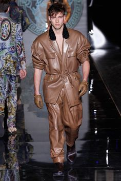 Versace Menswear Fall 2013 Motorcycle Leather, Best Mens Fashion, Male Fashion, Fashion Show, High Fashion, Leather Fashion, Leather Men, Leather Trousers, Mens Outfitters