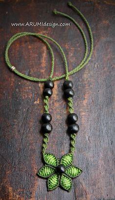Gargantilla de fibra verde flor con semillas por ARUMIdesign
