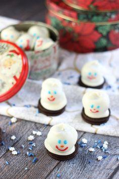 Super simple no-bake recipe using OREOs, cream cheese, and chocolate! Decorated as adorable melting snowmen! #OREOCookieBalls #Ad