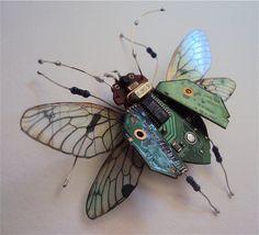 Творения Julie Alice Chappell - это бабочки и стрекозы, жуки и другие насекомые, изготовленные из электродеталей старых компьютеров, игровых приставок и т.п